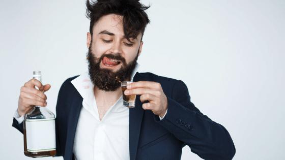 Hombre borracho bebiendo mucho alcohol